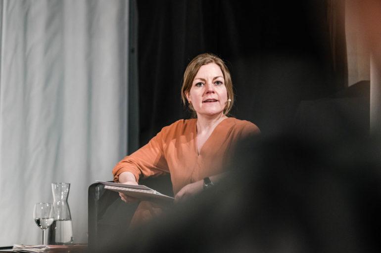 """Podium zur Ausstellung """"Ausnahme-Zustand"""" - Tod und Trauer; Moderation: Stefanie Schüpbach, stv. Geschäftsführerin Polit-Forum; 24.02.2020; Polit-Forum Bern; Bild: Susanne Goldschmid"""