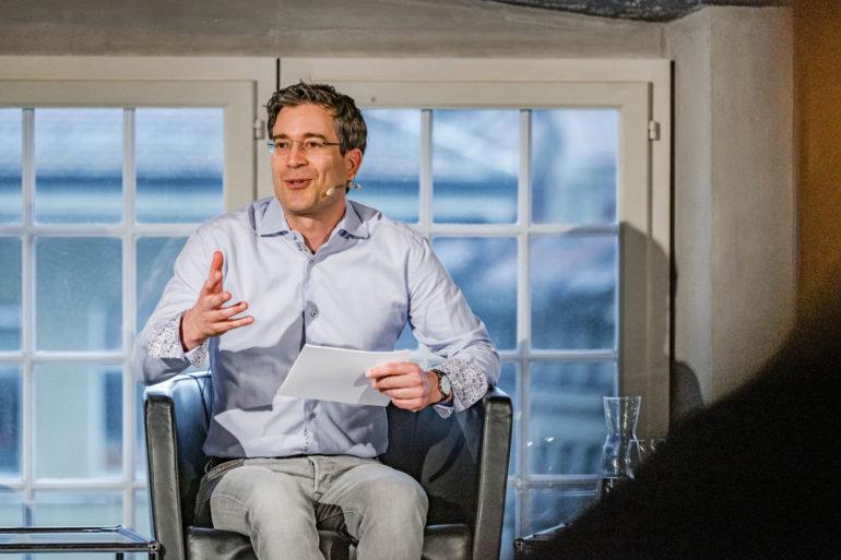 """Podium """"Wer beinflusst die Digitale Demorkatie?""""; Rafael von Matt, Inlandredaktor Radio SRF; Christina Utz, cr-Kommunikation; 08.06.2021; Bild: Susanne Goldschmid"""