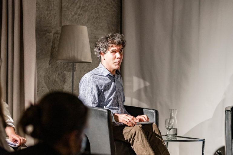 "Podium zur Ausstellung Digitale Demokratie ""Wer hat Zugang zur digitalen Demokratie?"" ; vlnr Moderation: René Jaun, Moderator E-Accessibility; Polit-Forum Bern, 24.06.2021; Bild: Susanne Goldschmid"